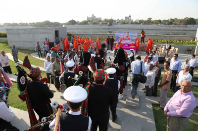 The three pipe bands lead Acharya Swamishree, Sants and disciples to the river bank