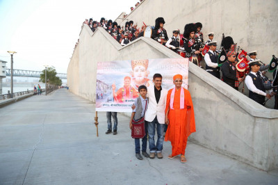 Divine darshan of Acharya Swamishree blessing the sponsors of the event with members of the pipe band aligning the stairway
