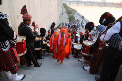 The three pipe bands line the stairway and perform as His Divine Holiness Acharya Swamishree ascends