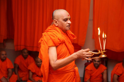 Acharya Swamishree performs mangla aarti at Shree Swaminarayan Mandir Shaniyada