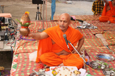 Shree Divyaswaroopdasji Swami leads the mahapooja ceremony