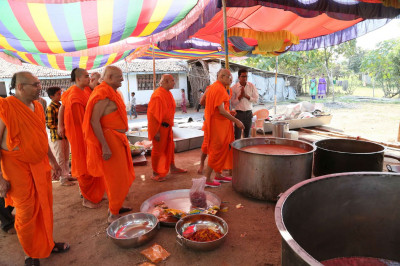 Acharya Swamishree consecrates the food