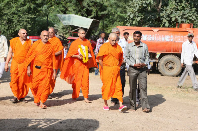 Acharya Swamishree Maharaj returns to the assembly marquee