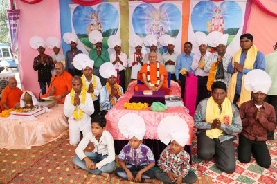 Acharya Swamishree blesses the disciples on whose behalf the scripture recitals had been held