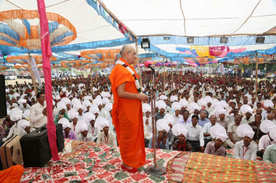 Acharya Swamishree Maharaj addresses the gathered audience