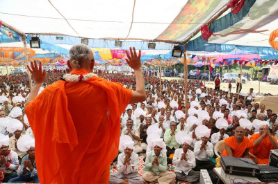 Acharya Swamishree Maharaj blesses the gathered audience