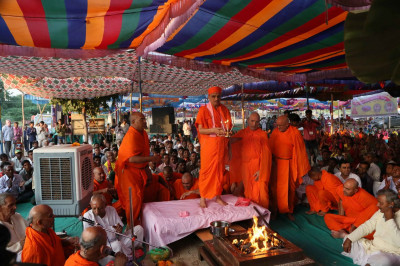 Acharya Swamishree performs aarti to conclude the havan ceremony