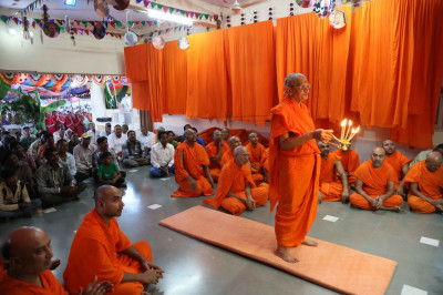 Acharya Swamishree performs the sandhya aarti during the evening