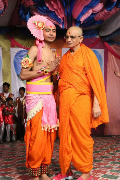 Acharya Swamishree Maharaj blesses the performers