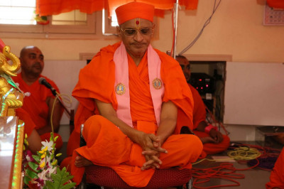 Acharya Swamishree Maharaj performs dhyan during the rituals