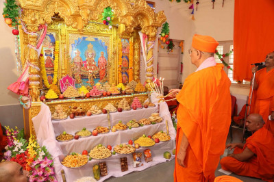 Acharya Swamishree Maharaj performs aarti at the end of the Murti installation ceremony