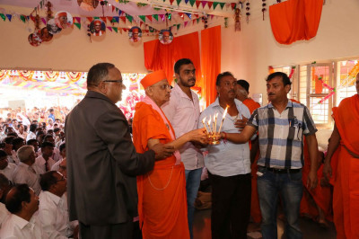 Disciples perform aarti at the end of the Murti installation ceremony