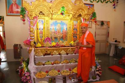 Acharya Swamishree gives darshan with the Lord installed in the new, golden singhasan