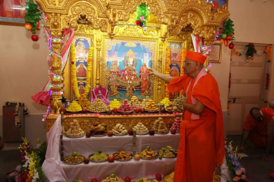 Acharya Swamishree offers thal to the Lord