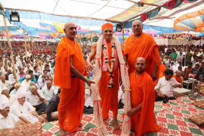 Acharya Swamishree blesses the Sants who took the main responsibility for the festival arrangements