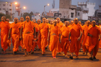 Acharya Swamishree Maharaj and Sants walk from Maninagardham to Smruti Mandir