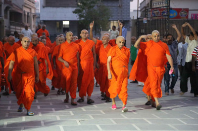 Acharya Swamishree Maharaj and Sants arrive at Smruti Mandir