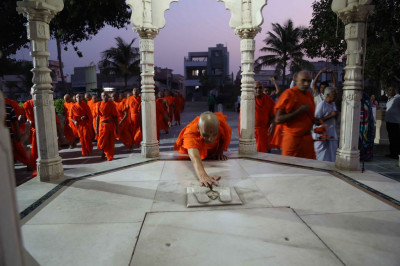 Acharya Swamishree Maharaj does darshan at the Chhatri