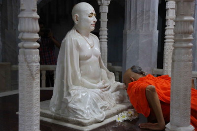 Acharya Swamishree Maharaj at the lotus feet of Gurudev Jeevanpran Swamibapa