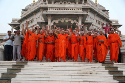 Acharya Swamishree Maharaj and Sants on the steps of Smruti Mandir