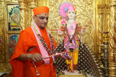 Divine darshan of Lord Swaminarayan and Acharya Swamishree Maharaj