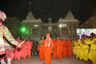Disciples perform a dance as Acharya Swamishree Maharaj arrives