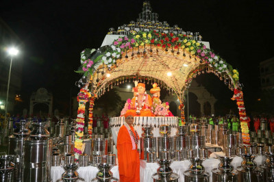 Acharya Swamishree Maharaj gives darshan at the centre stage