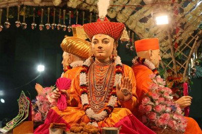 Shree Ghanshyam Maharaj gives darshan at the centre of the circle