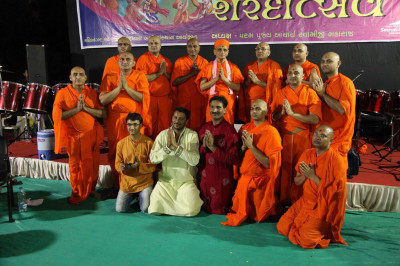 Acharya Swamishree Maharaj gives darshan to the performers