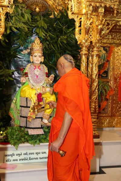 Acharya Swamishree Maharaj performs aarti to Shree Ghanshyam Maharaj