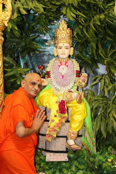 Divine darshan of Shree Ghanshyam Maharaj and Acharya Swamishree Maharaj