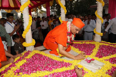 Acharya Swamishree Maharaj performs poojan to the charnavind at the chhatri in Smruti Mandir