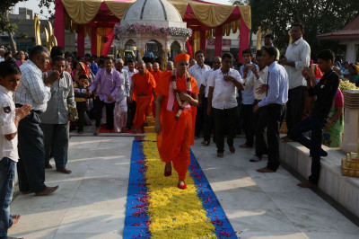 Acharya Swamishree Maharaj enters Smruti Mandir on a carpet of flowers