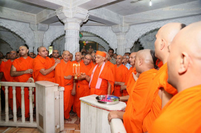 Acharya Swamishree Maharaj and sants perform aarti to Jeevanpran Swamibapa