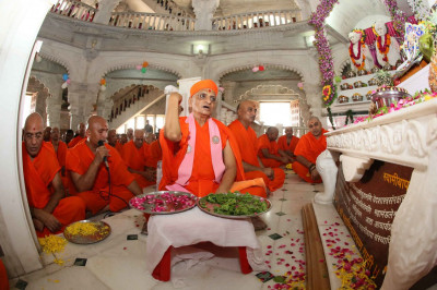 Acharya Swamishree Maharaj continues the patotsav ceremony