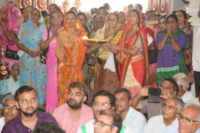 Disciples perform aarti to Lord Swaminarayanbapa Swamibapa