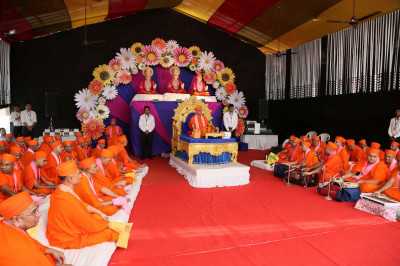Acharya Swamishree Maharaj gives His divine ashirwad at Maninagar Mandir