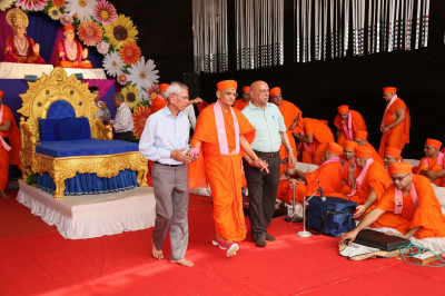 Acharya Swamishree Maharaj gives darshan before returning to mandir