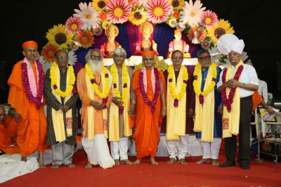 Acharya Swamishree gives darshan to eminent poets