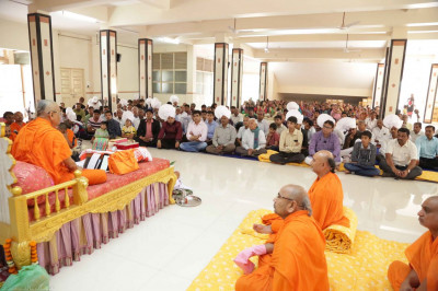 Acharya Swamsihree gives His divine ashirwad