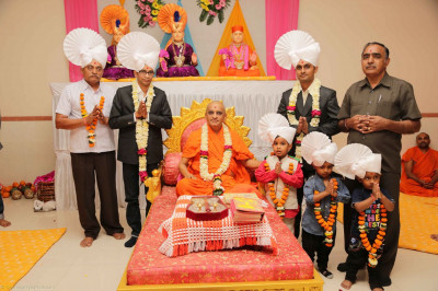 Acharya Swamishree gives darshan to disciples on whose behalf the parayan took place