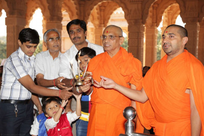 Acharya Swamishree and disicples perform aarti