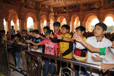 Young disciples perform aarti