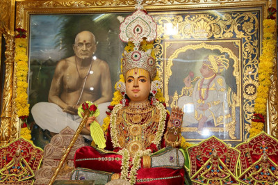 Divine darshan of Shree Sahajanand Swami Maharaj at Shangar Aarti