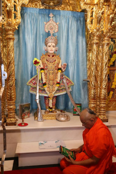 Acharya Swamishree Maharaj views the new scripture