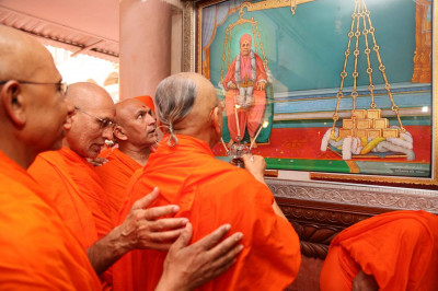 Acharya Swamishree Maharaj and sants perform aati