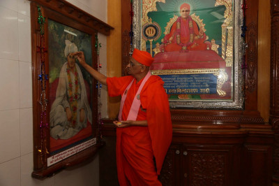 Acharya Swamishree Maharaj performs poojan at Shree Swaminarayan Tower