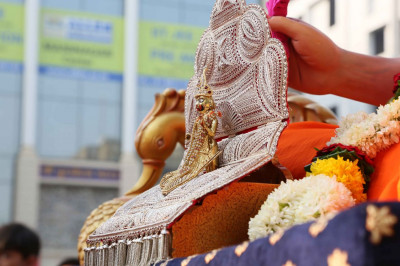 Shree Harikrishna Maharaj gives darshan on a chariot