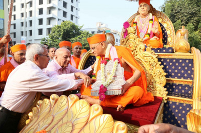 Trustees put a garland on Acharya Swamishree Maharaj