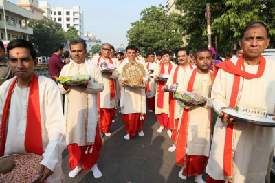 Disciples carry offerings for Jeevanpran Swamibapa